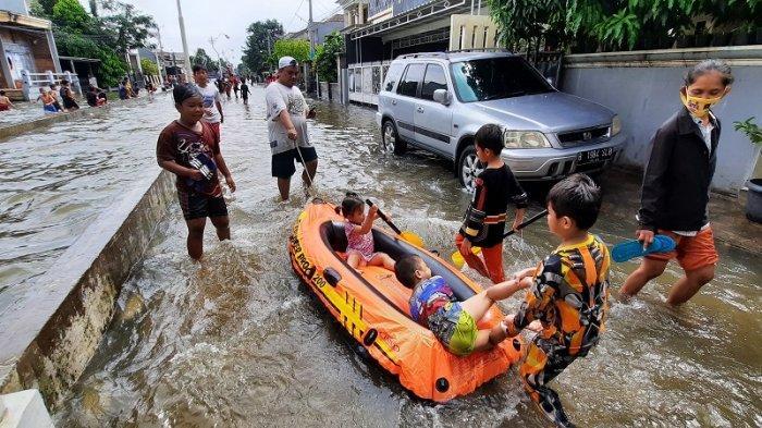 Keseruan Ivan Bersama Anak-anaknya Bermain Perahu Karet Saat Banjir Taman Duta Depok